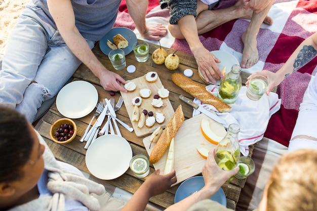 ビーチでのピクニック