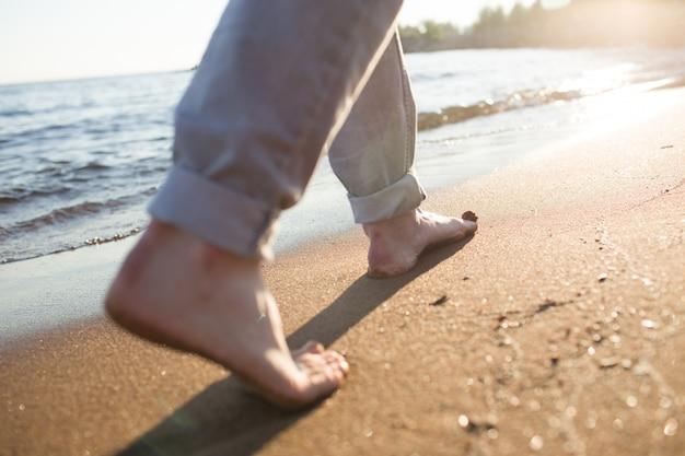 水辺で歩く