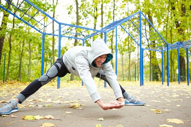 公園でストレッチ体操を行う