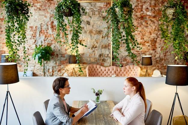 ファッショナブルなレストランでのインタビューの実施