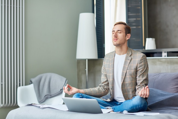 Молодой фрилансер, практикующий йогу