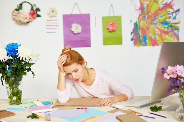 スタジオで疲れたファッションデザイナー