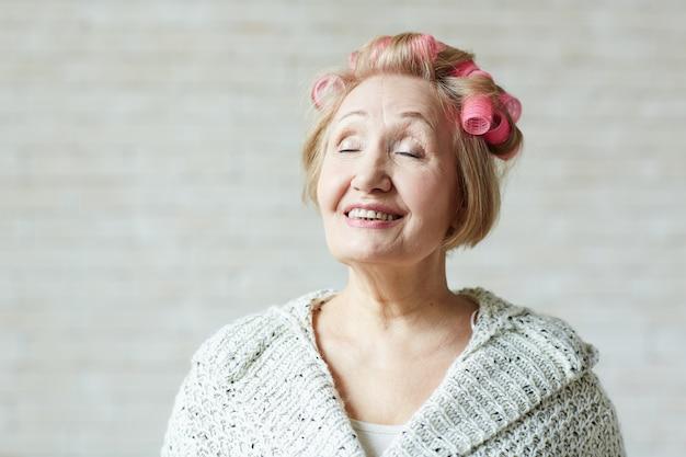目を閉じて高齢女性