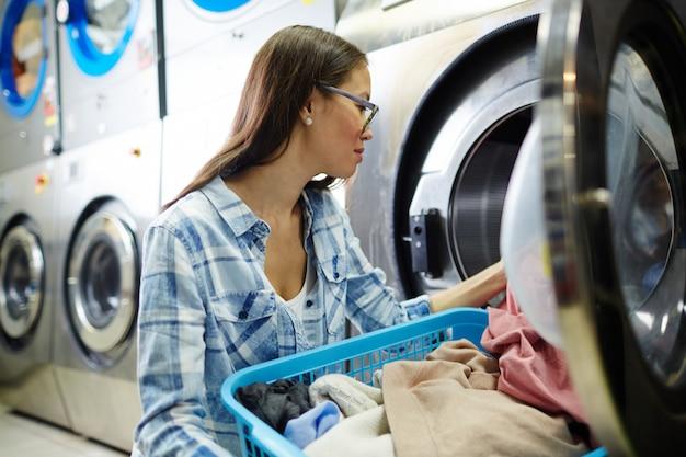 汚れた服を洗う