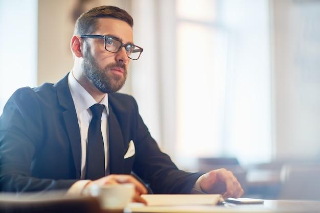 Бородатый мужчина на рабочем месте