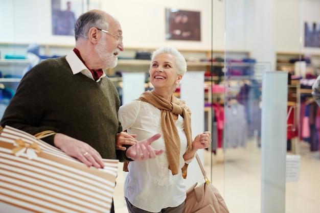 高齢者の買い物客