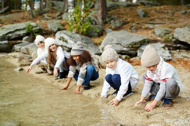 湖で水と遊ぶ子供たち