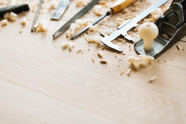 木製のテーブルの背景に大工道具