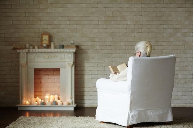 暖炉のそばで冬の夜