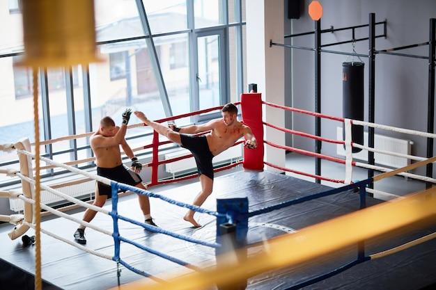 リングでのキックボクシングの練習
