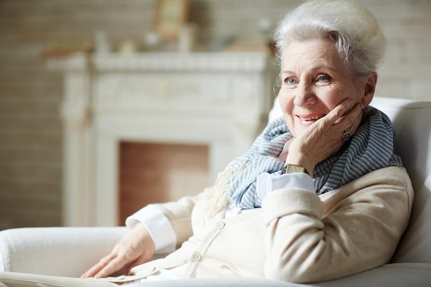 歯を見せる笑顔で高齢者の女性