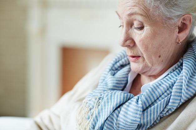 物思いにふける老婦人