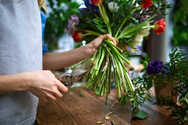 花束をアレンジするプロセス