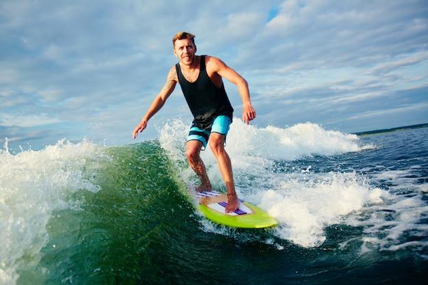 Серфер на голубой океан волны