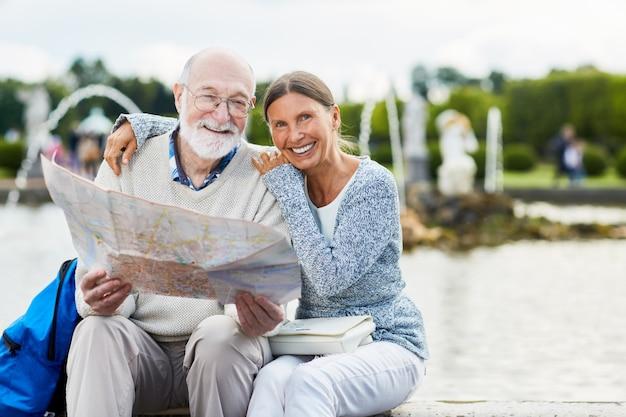 Пожилые люди с картой