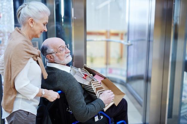 高齢の買い物客