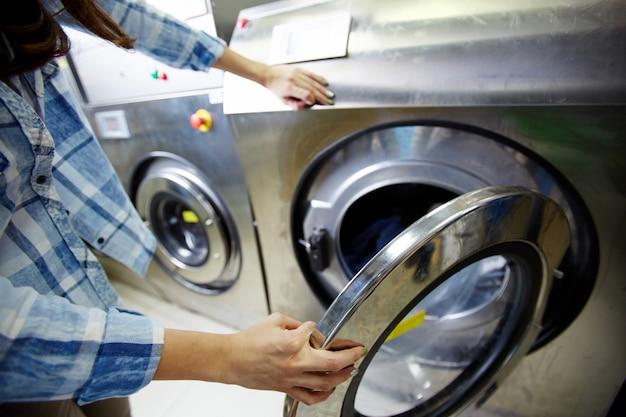 Процесс стирки одежды