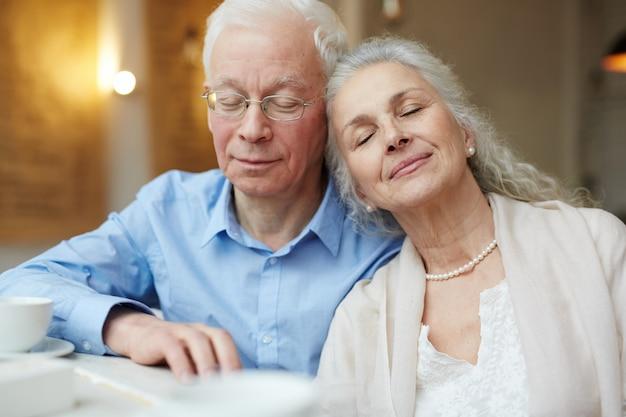 Пожилая пара в мире, время счастья