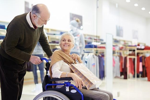 販売中の高齢者