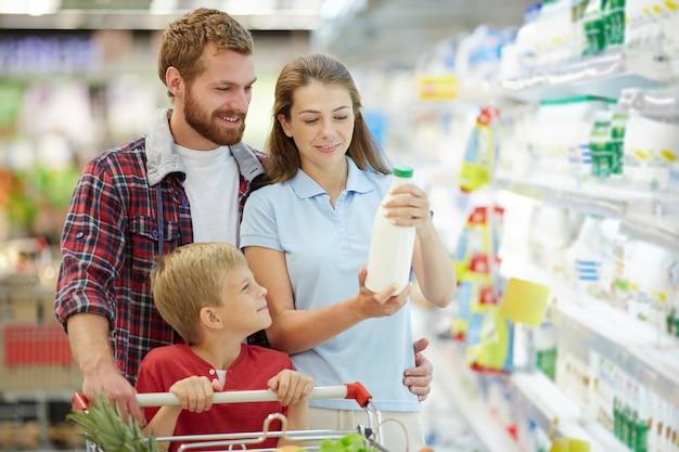 家族で牛乳を買う