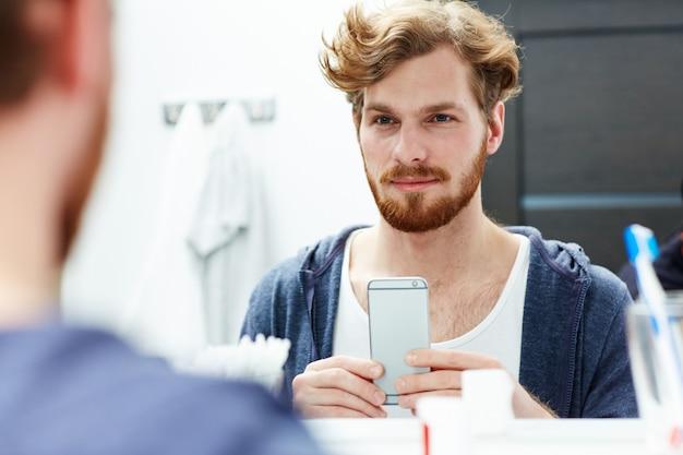 スマートフォンを持つ男
