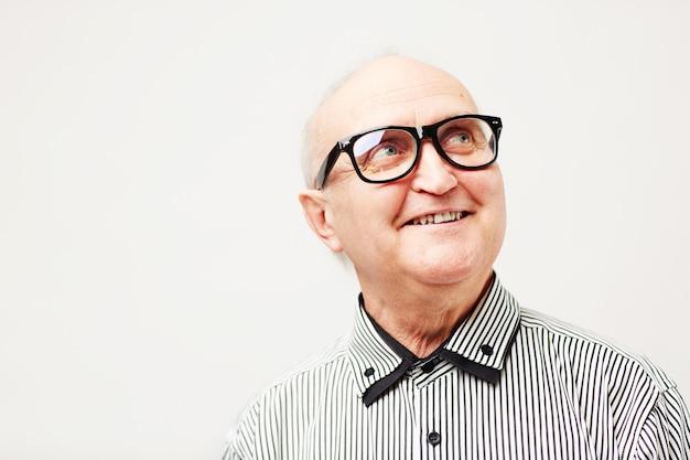 Веселый пенсионер с зубастой улыбкой