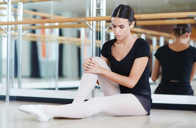 Молодая девушка готовится к балету
