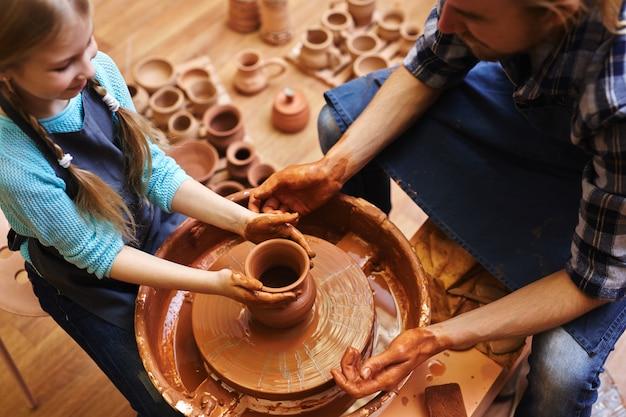 Изготовление кувшинов в мастерской