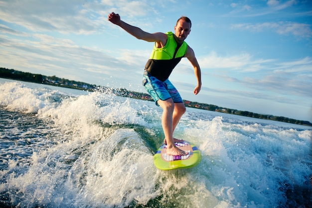 Авантюрный серфер, имеющие хорошее время