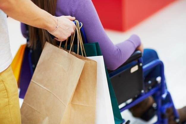 障害者と買い物をする