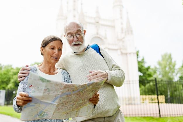 地図を持つ高齢者