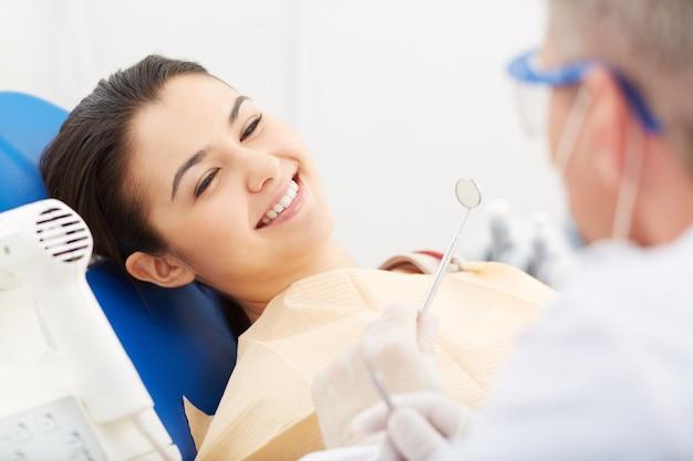 Молодая женщина получает стоматологический осмотр