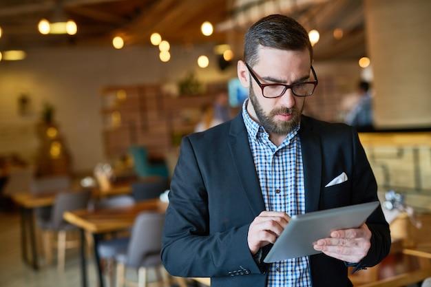 Бородатый менеджер с помощью цифрового планшета