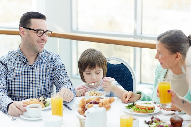 家族で夕食を食べる