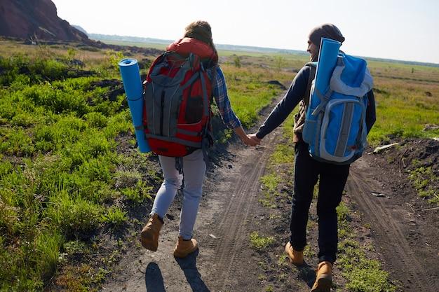 Молодая пара путешествует в горах