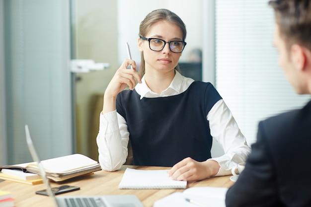 同僚に聞いている女性