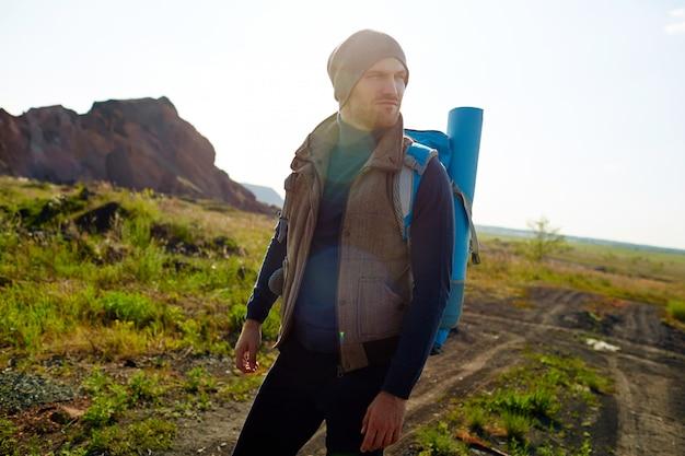 ハンサムな旅行者のハイキング