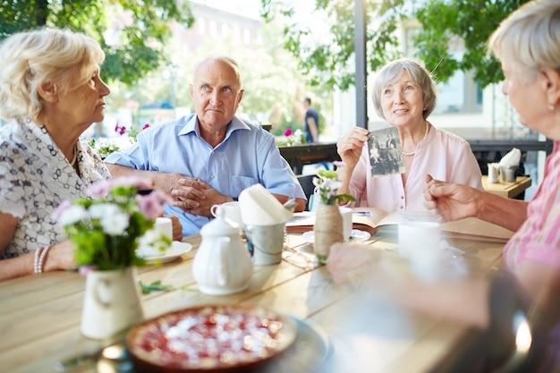 年配の女性が彼女の家族の話を共有