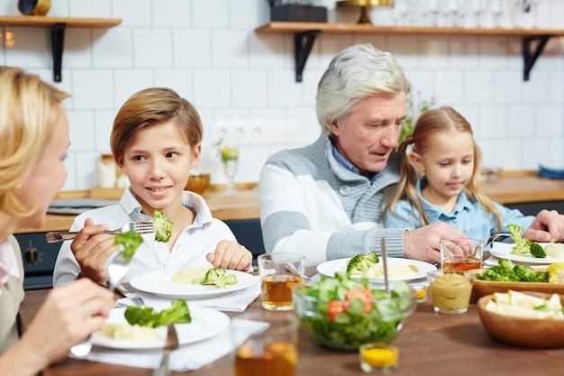 祖父母と一緒に食べる