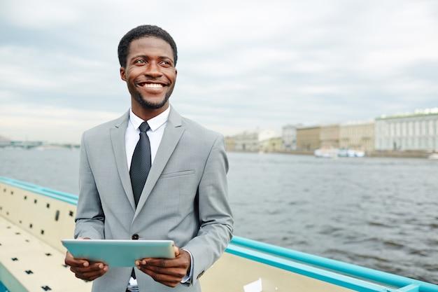 船のデッキのアフリカ系アメリカ人マネージャー