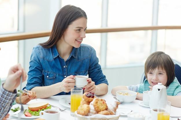 家族で食事をする