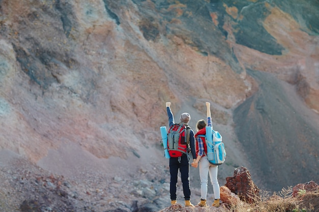 一緒に山を征服するカップル