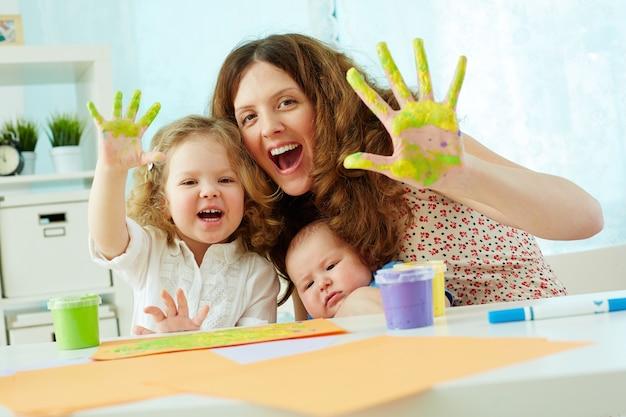 Мать и дочь с удовольствием с краской