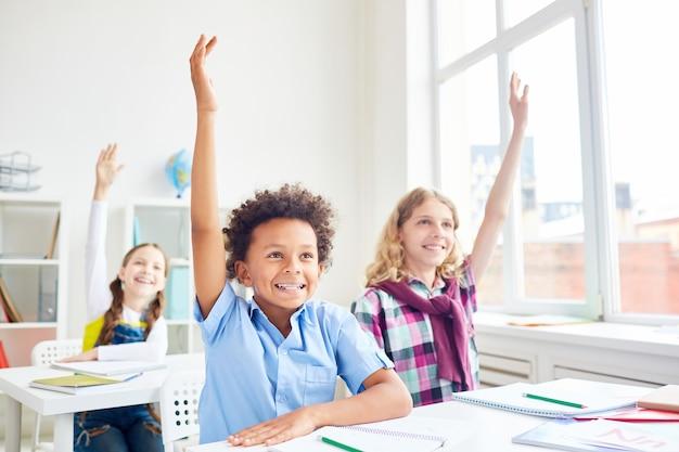 手を上げる子供たち