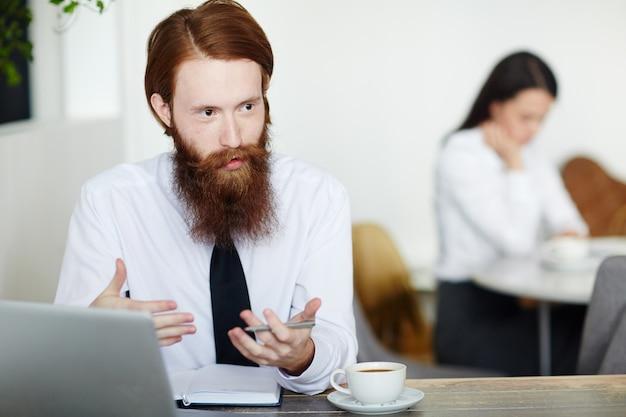 Объяснять бизнесмена