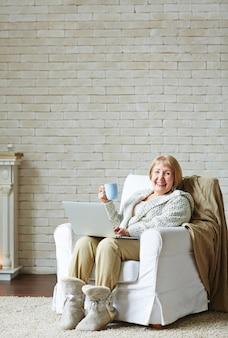 インターネット中毒の年配の女性
