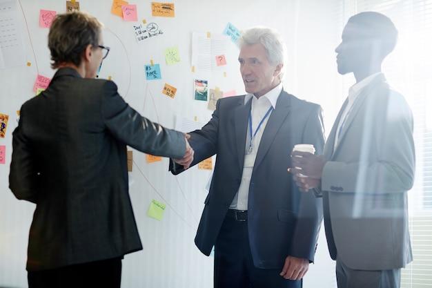 Твердое рукопожатие деловых партнеров