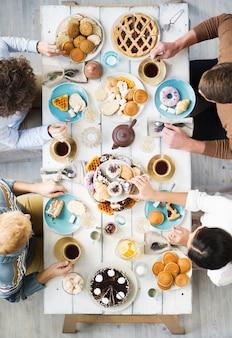 デザートとお茶を飲む
