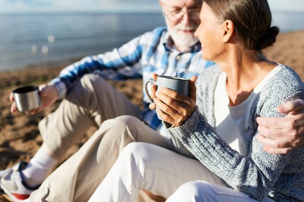 Пожилые люди с чаем
