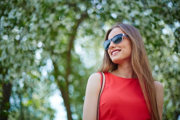 屋外で若い女性を笑顔